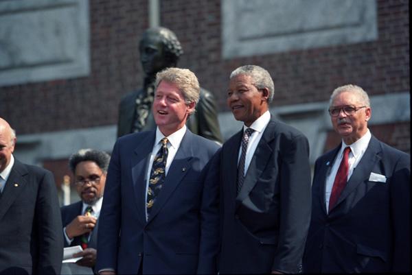 Nelson Mandela em um encontro com o então presidente dos Estados Unidos Bill Clinton em 1993.