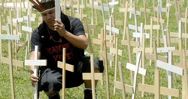 Protesto dos índios guarani- kaiowá em frente ao Congresso Nacional em Brasília.