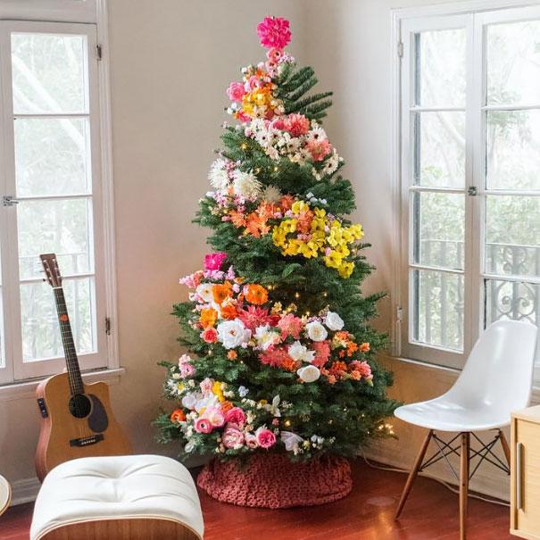 Árvore de Natal Média com Flores Coloridas