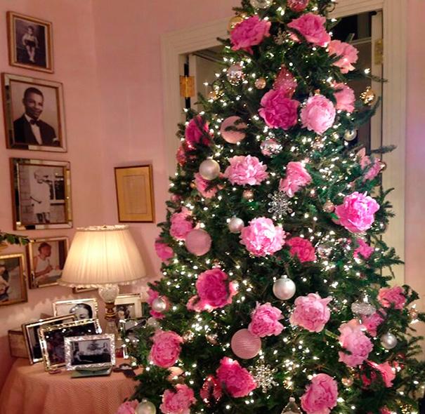 Árvore de Natal com Rosas e Enfeites