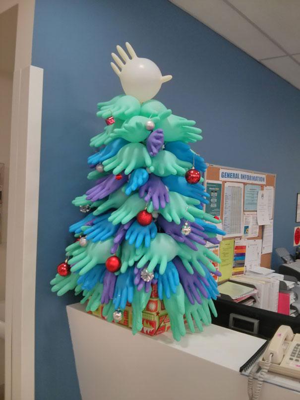 Árvore de natal feita de luva hospitalar