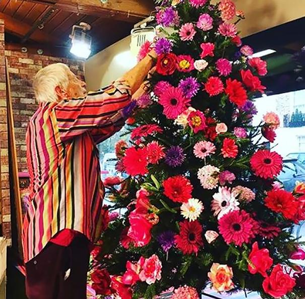Linda árvore de natal com flores