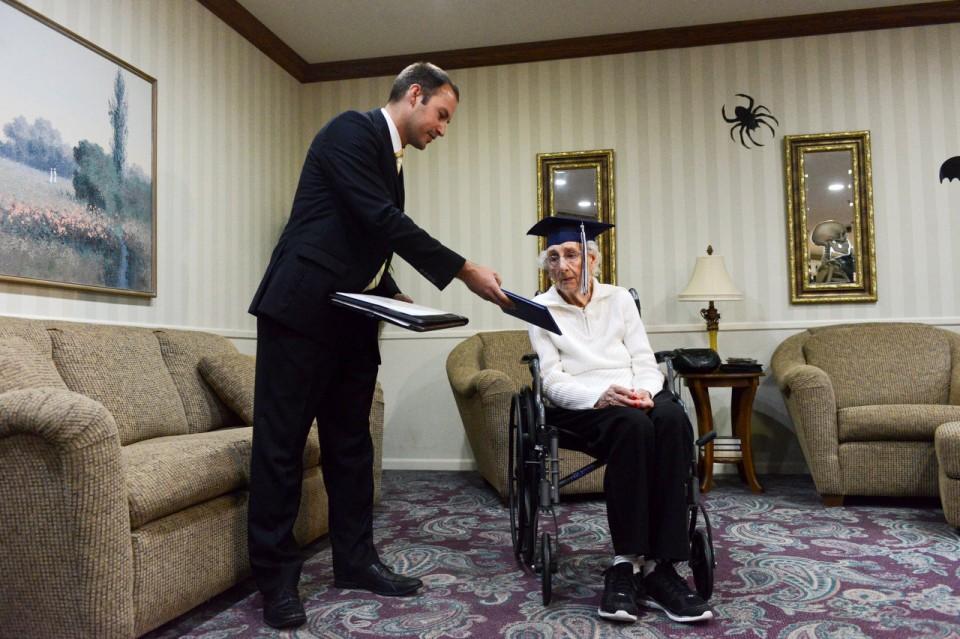 Diploma para senhora de 97 anos
