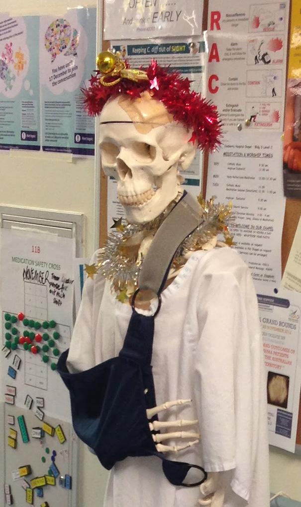 Esqueleto de hospital com decoração natalina