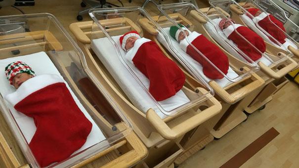Recém nascidos são enrolados em meias natalinas