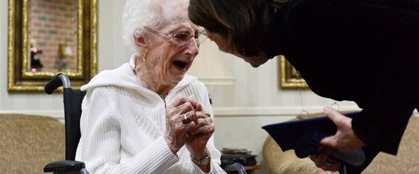 Senhora de 97 Anos de Idade Conquista Diploma do Colegial