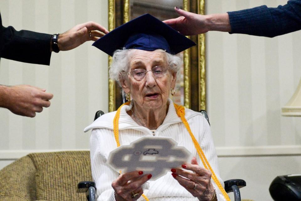 Senhora recebe seu primeiro diploma