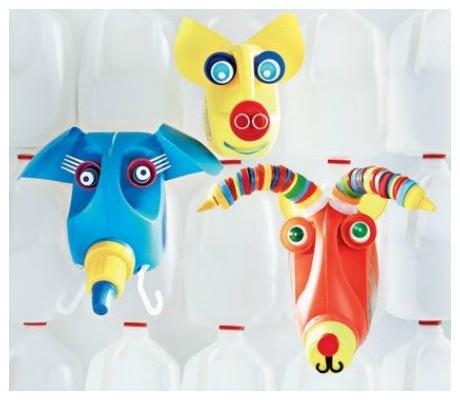 Animais com garrafas de plástico