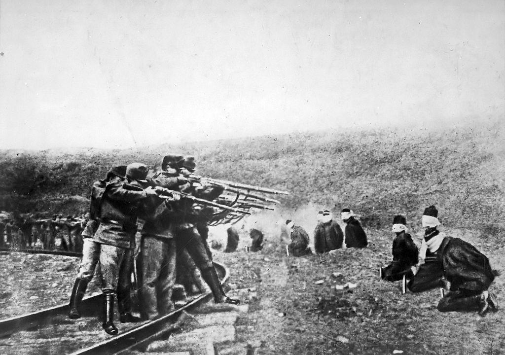Tropas austríacas executando prisioneiros sérvios.