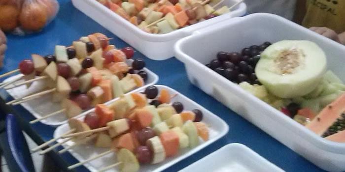 Fazendo espetinhos de frutas