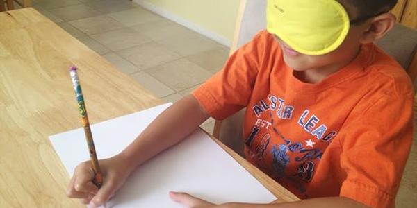 Tentando desenhar com os olhos vendados