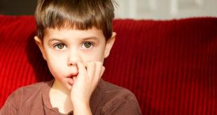 Como acabar com o hábito de crianças que chupam o dedo?