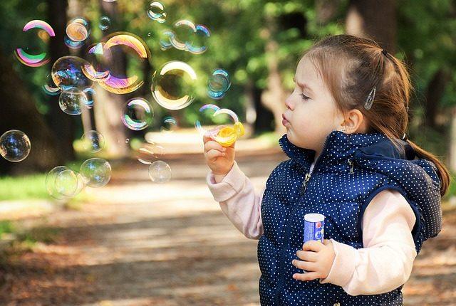 Confira 8 brincadeiras de antigamente para fazer com as crianças
