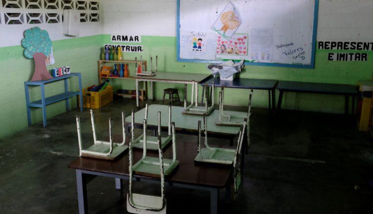 Carteiras vazias vistas em sala de aula na Venezuela