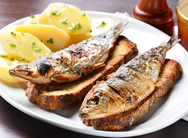 pratos típicos de Portugal - Sardinha com Broas e Batatas