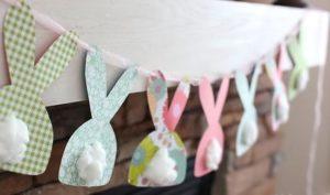 Coelhinhos de papel no varal de barbante com bumbum de algodão