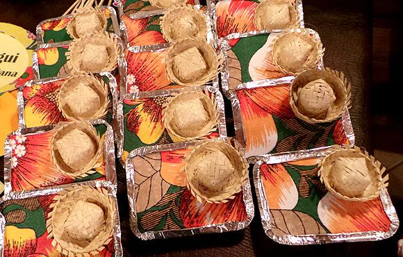 Marmitas enfeitadas com tecido colorido e chapeuzinho de palha