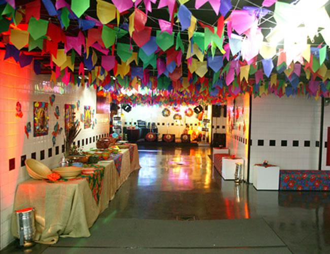 Pátio e corredores com bandeirolas coloridas de papel de seda