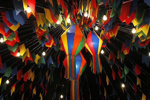 Balões de papel de seda e bandeirolas