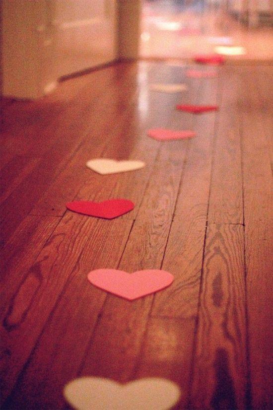 Corações de papel pelo chão