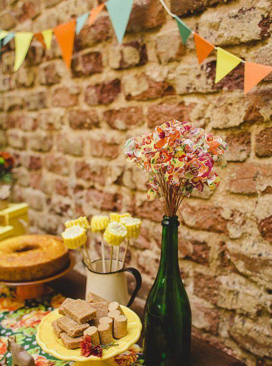 Garrafa com Florzinhas de Papel Colorido e Milho no Palito