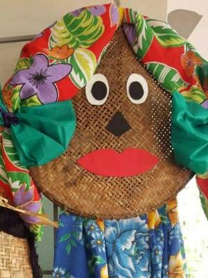 Peneira de palha decorada com carinha e cabelo feito de tecido colorido