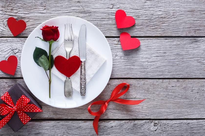 Rosa e corações para decorar a louça do jantar