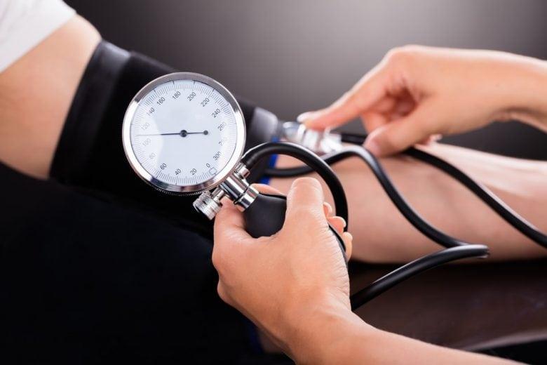 Desregula a pressão arterial