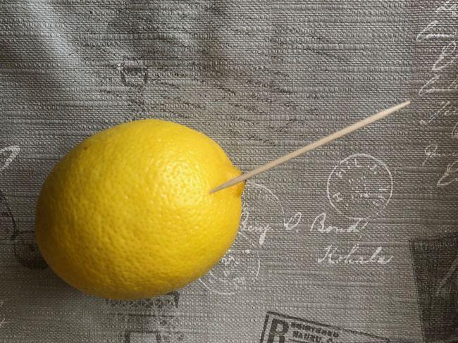 Extraia apenas algumas gotas de suco de limão