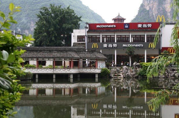 Yangshuo, Província de Guangxi, China – McDonald's na montanha