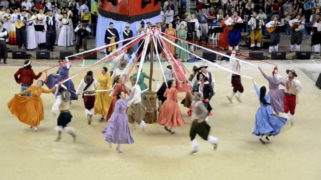 Pau de Fitas / Dança das Fitas