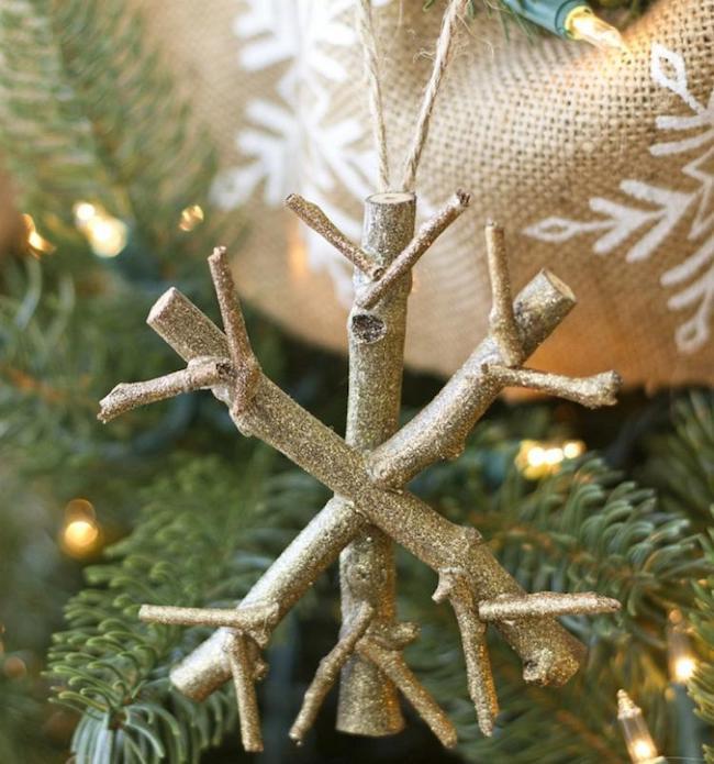 Enfeite de Natal com flocos de neve feitos com falhos de árvore