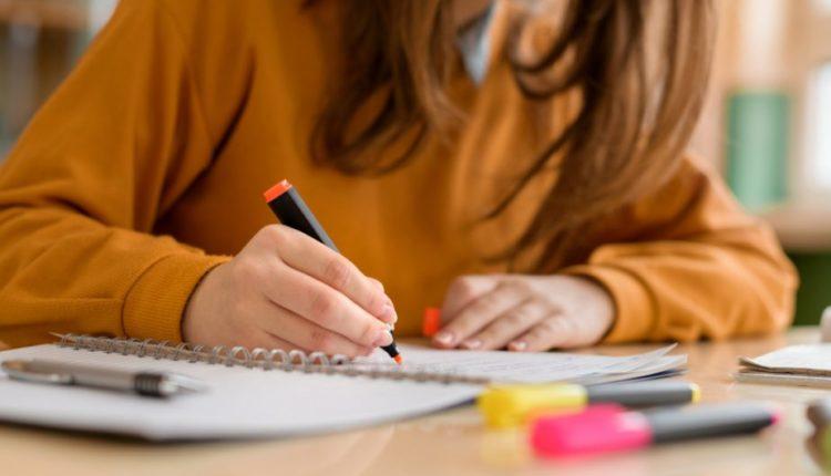 Aluno, caderno, escola