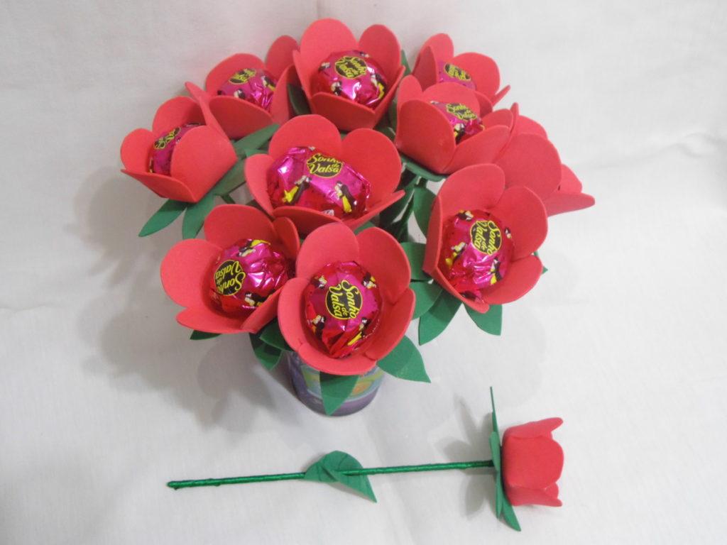 Lembrancinha de flor com chocolate para o dia da mulher.