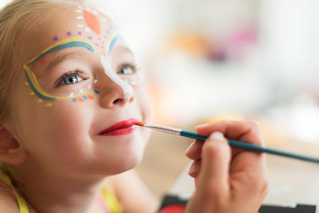 Oficina de pintura facial e maquiagem de carnaval para crianças