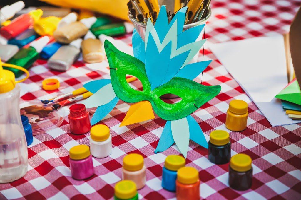 Oficina de confecção de máscaras de carnaval