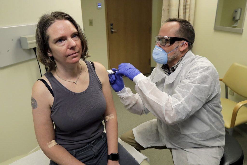 Jennifer Haller, primeira pessoa a receber uma dose da vacina contra coronavírus nos EUA