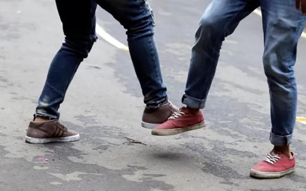 Coronavírus em sala de aula - Cumprimento com os pés