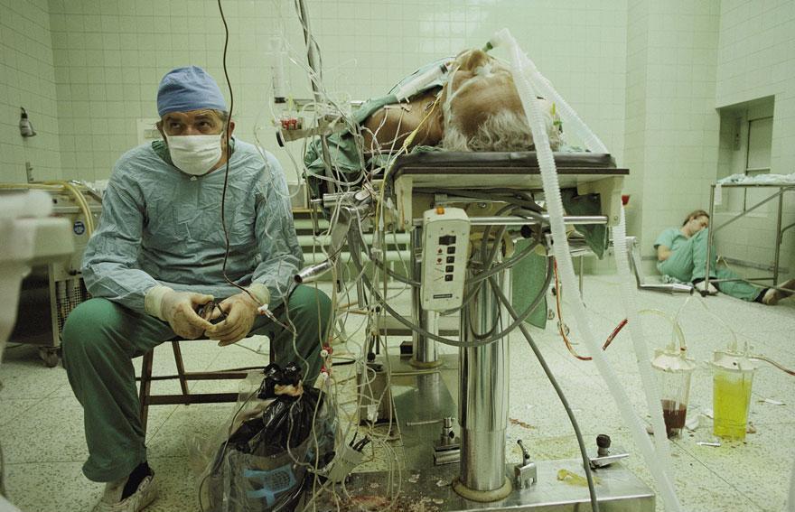 Médicos exaustos após 23 horas de cirurgia bem sucedida