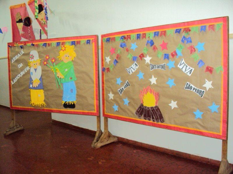 Painel com bandeirolas e personagens em diferentes materiais