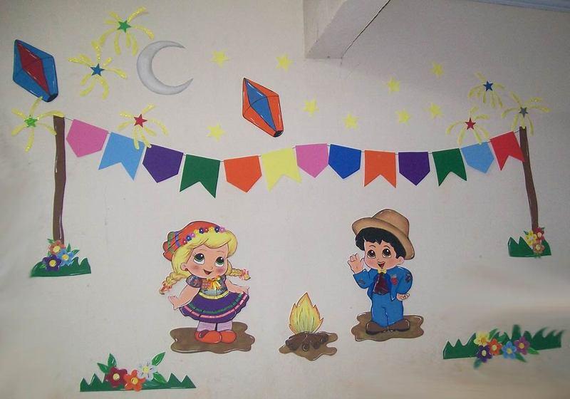 Painel decorativo feito com desenhos em papel