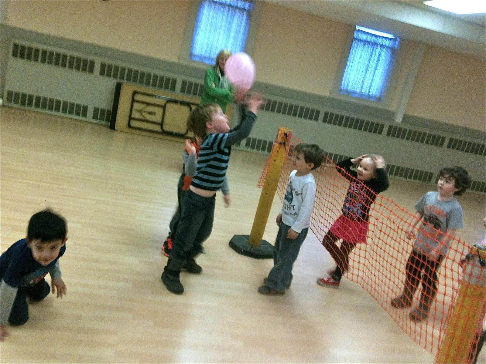 Brincadeira infantil vôlei de balão