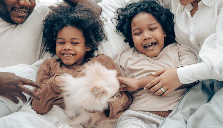 Família com crianças rindo