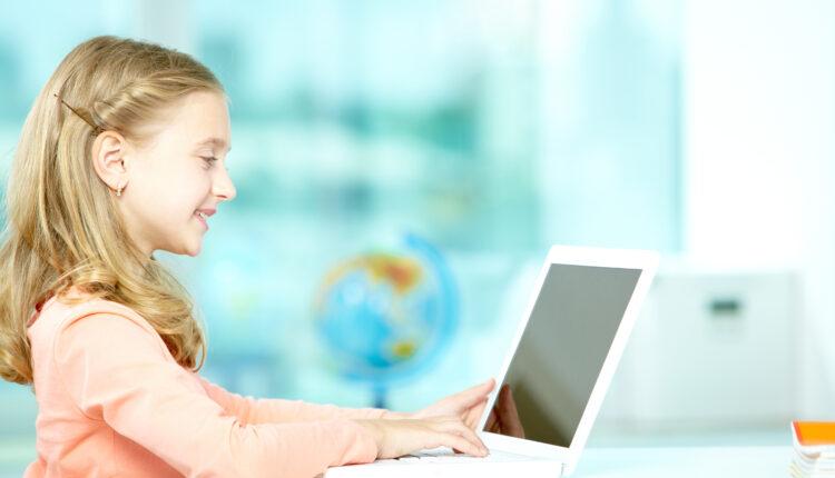 Criança estudando no computador
